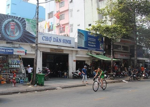 Chợ Dân Sinh Sài Gòn nằm ở trung tâm Quận 1, rất thuận tiện cho việc đi lại