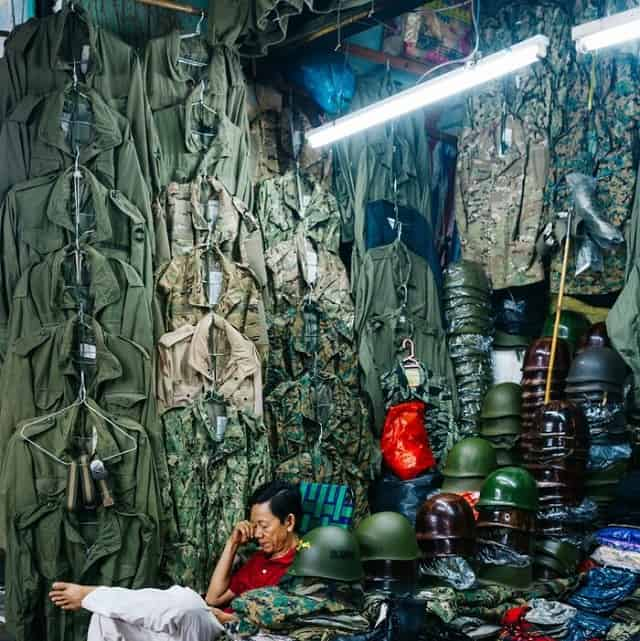 Trước đây, chợ Dân Sinh là nơi chuyên bán quân trang, quân dụng cũ và mới của quân đội Mỹ