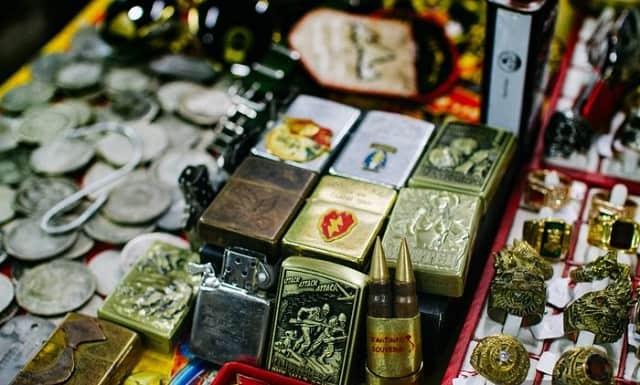 Tới chợ Dân Sinh bạn có thể tìm thấy những chiếc zippo, máy phát nhạc loa kèn, bi đông sắt hay những đồng bạc cũ