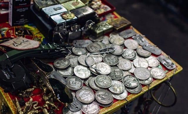 Khi thị trường kinh doanh phát triển, đồ dùng cũ không còn được ưu chuộng nhiều, chợ Dân Sinh từ đó cũng đi vào giai đoạn thoái trào