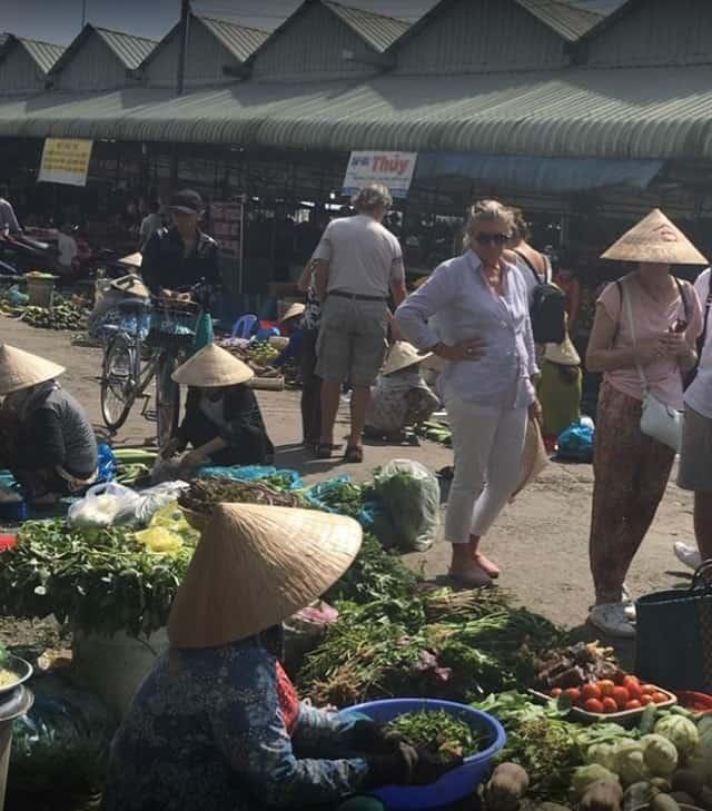 Không chỉ có người dân sống xung quanh ghé chợ Dĩ An 2 mua đồ mà nhiều khách du lịch nước ngoài cũng thường xuyên tới đây