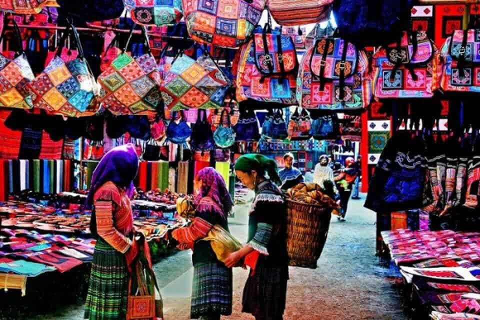 Chợ phiên Sa Pa đầy nhộn nhịp nổi bật là những mặt hàng thổ cẩm sặc sỡ