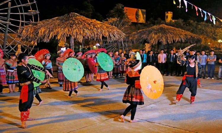 Chợ tình Sa Pa về đêm với những đôi trai gái hát điệu hát trao duyên