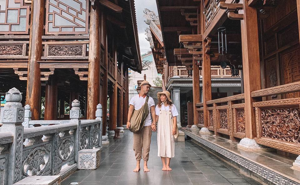 Bạn nhớ phải bỏ giày đi chân đất để giữ gìn vệ sinh cho nhà chùa nhé. Hình: Hoàng Tuấn Anh