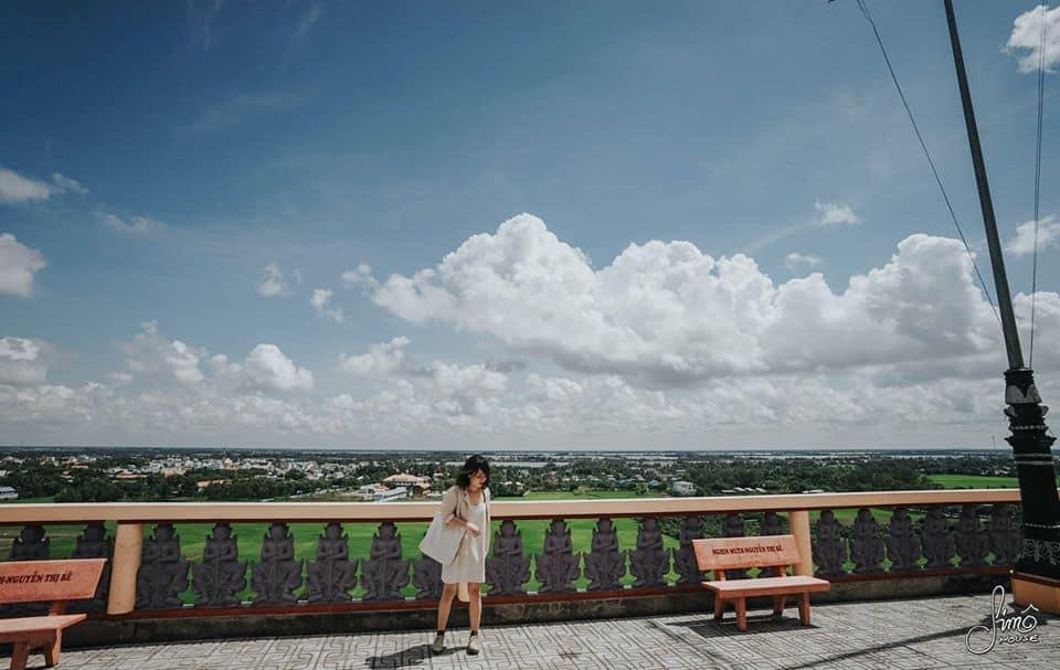 Từ chùa Tà Pạ, bạn có thể phóng tầm mắt quan sát toàn cảnh thị trấn Tri Tôn rộng lớn. Hình: Hoàng Linh Hà