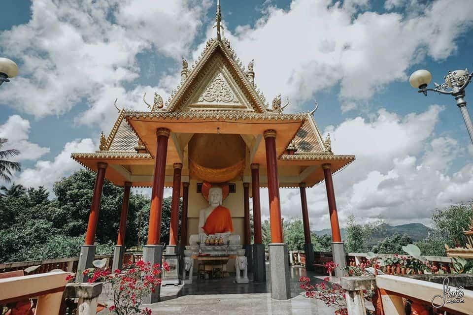 Khu vực bên ngoài với bức tượng Phật lớn. Hình: Hoàng Linh Hà