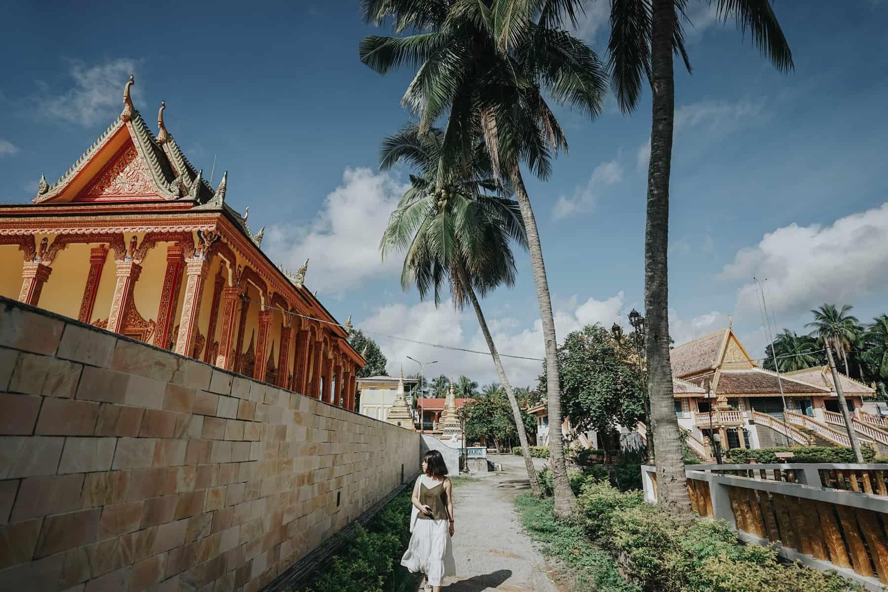 Khuôn viên chùa rộng rãi, khắp nơi là hàng dừa và cây cổ thụ. Hình: Hoàng Linh Hà