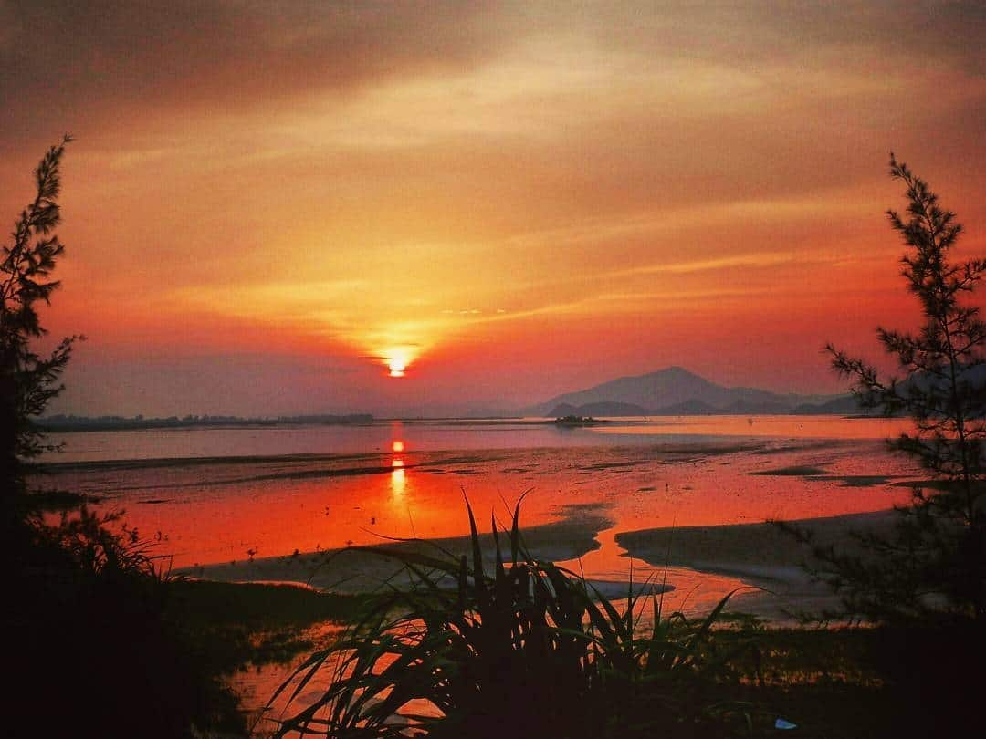 Hoàng hôn đảo Quan Lạn. Hình: Weusedtobetravelers