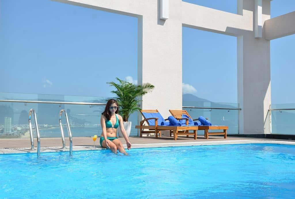 Đắm mình vào làn nước trong xanh mát rượi của bể bơi