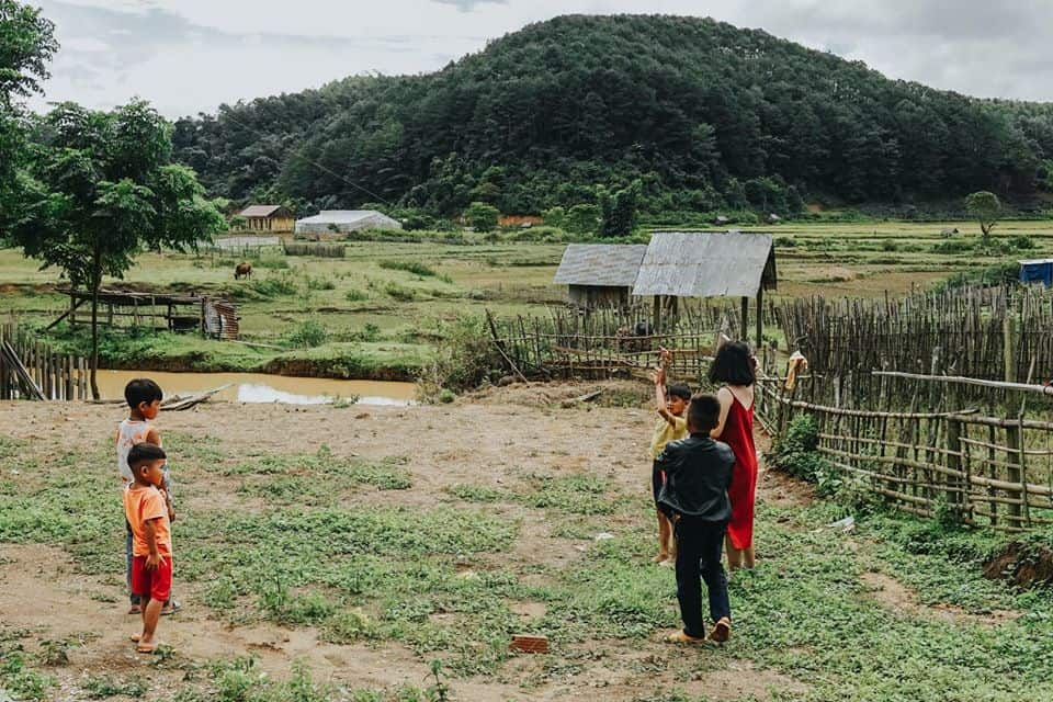 Những đứa trẻ con ở làng đều vô cùng thân thiện. Hình: Hoàng Linh Hà