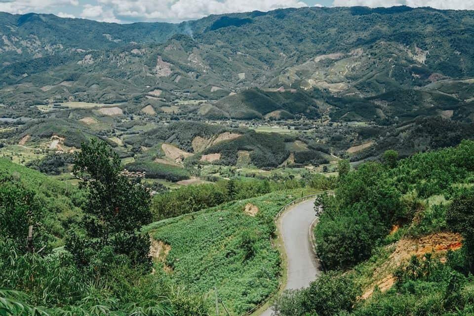 Con đường ngoằn nghèo ôm theo núi. Hình: Hoàng Linh Hà