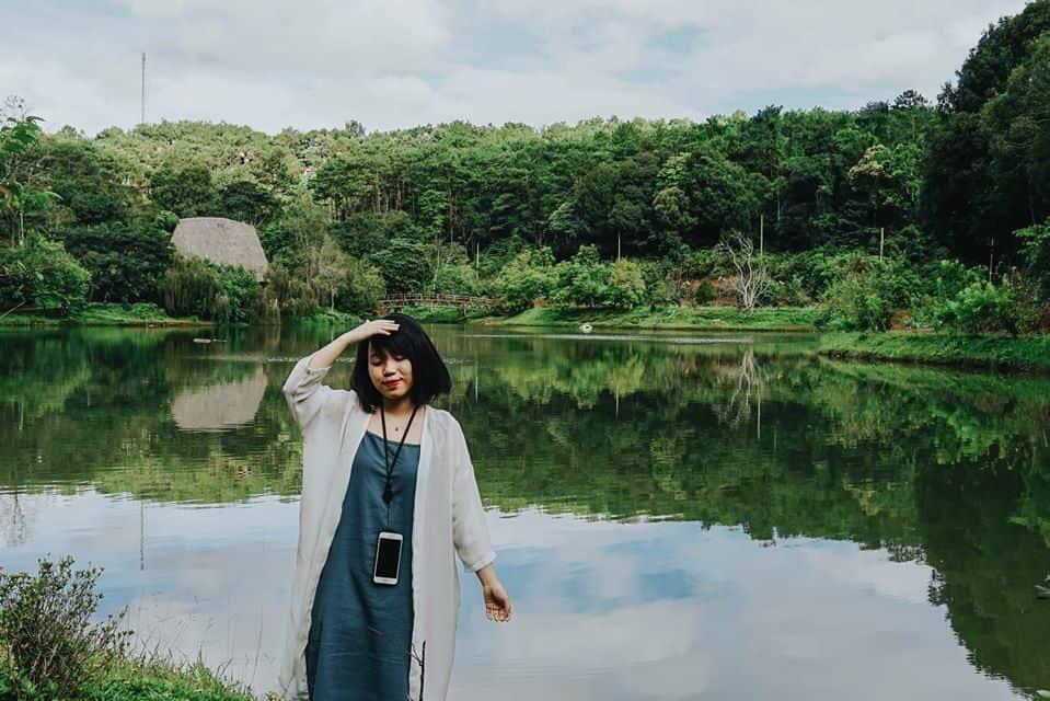 Mặt hồ trong vắt. Hình: Hoàng Linh Hà