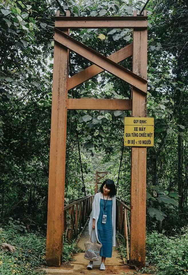 Cầu treo rất nhỏ, bạn nhớ tuân thủ đúng quy định nhé. Hình: Hoàng Linh Hà