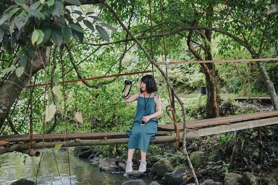Chiếc cầu nhỏ dẫn lối vào thác. Hình: Hoàng Linh Hà