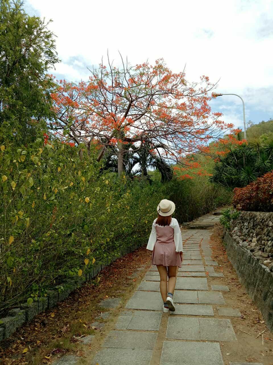 Đường lên thăm mộ với con đường bậc thang lát đá đậm chất trữ tình