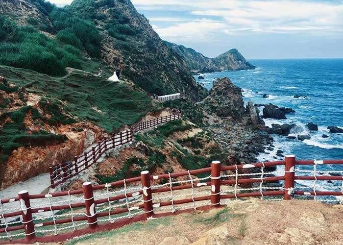 Eo Gió - Con đường đá uốn lượn cạnh bờ biển