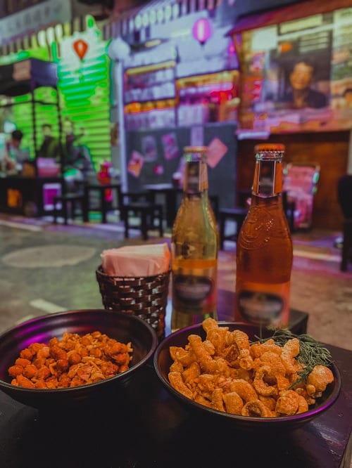 Nhâm nhi chút bia thêm chút đồ nhắm vui chơi xuyên đêm ở hẻm bia là trải nghiệm tuyệt vời