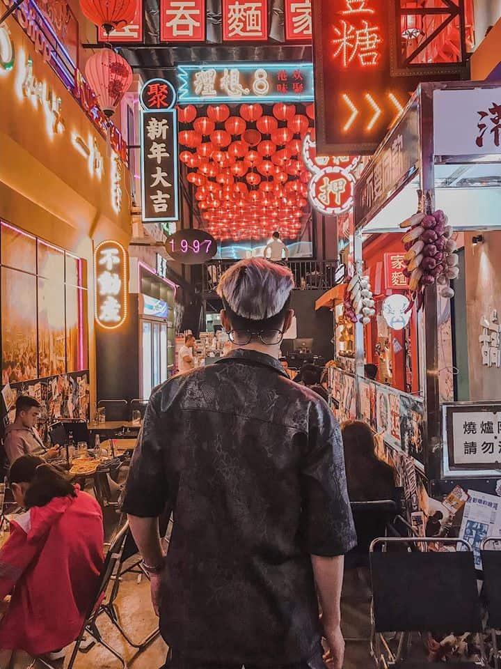 Chỉ cần xoay lưng cũng có ngay một bức ảnh đậm nét HongKong