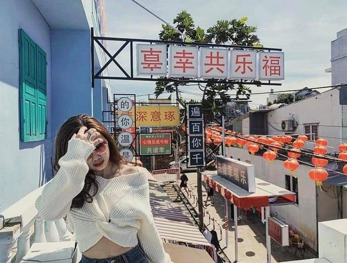 Góc ban công ngập tràn đèn lồng và biển hiệu. Hình: Hẻm Hong Kong