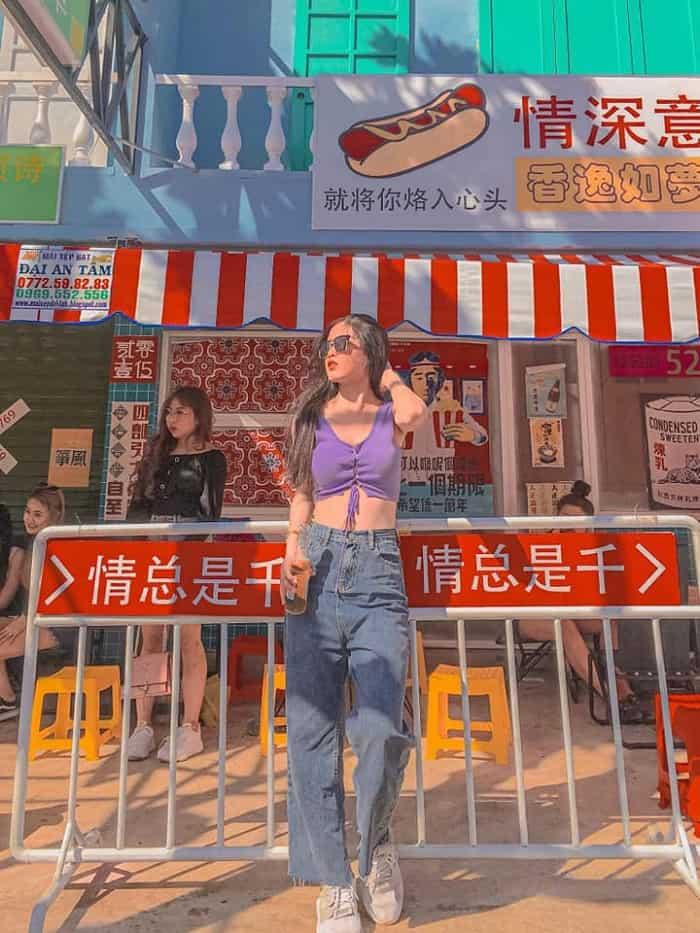 Ngay từ những bước đầu tiên, bạn đã ngỡ như mình đang ở Hong Kong thật sự. Hình: Hẻm Hong Kong