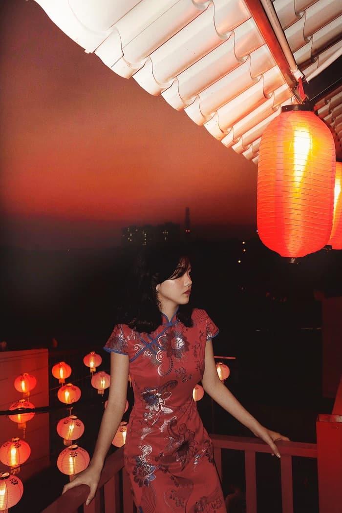 Một chiếc sườn xám sẽ là lựa chọn hợp lí nhất cho bạn khi đến Hẻm Hong Kong. Hình: Sưu tầm