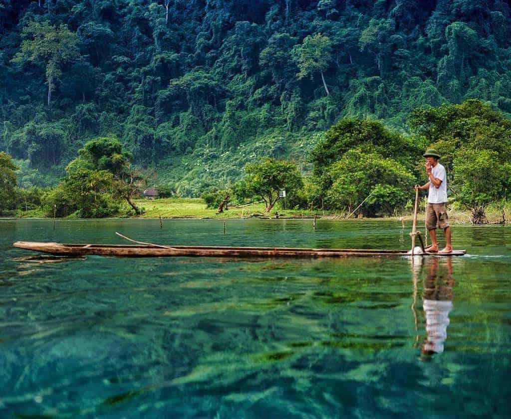 Hồ Ba Bể làn nước trong xanh, khung cảnh yên bình
