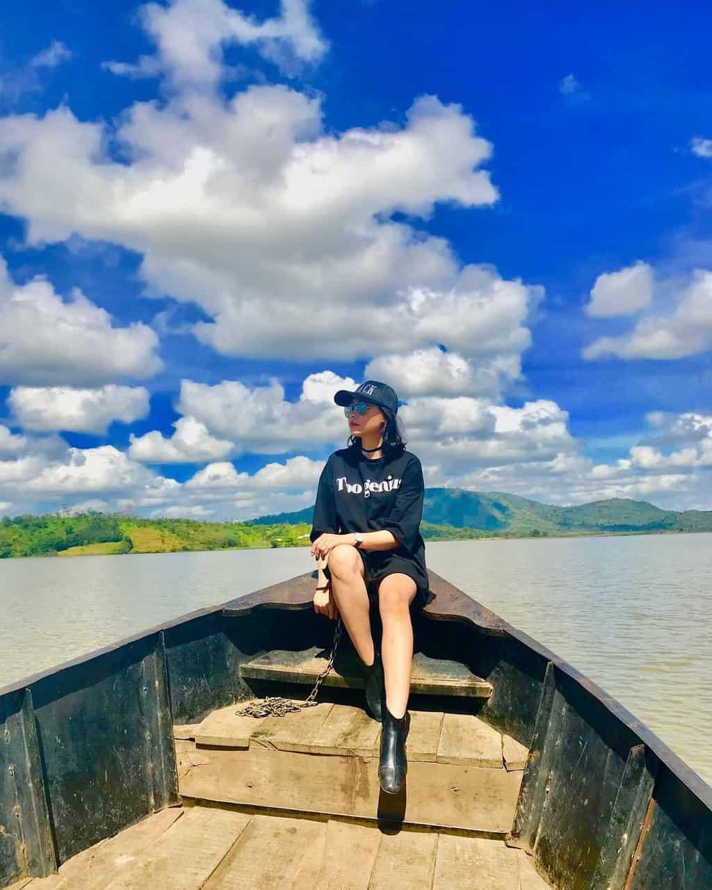 Dạo chơi bằng thuyền trên hồ Lắk. Hình: Sưu tầm