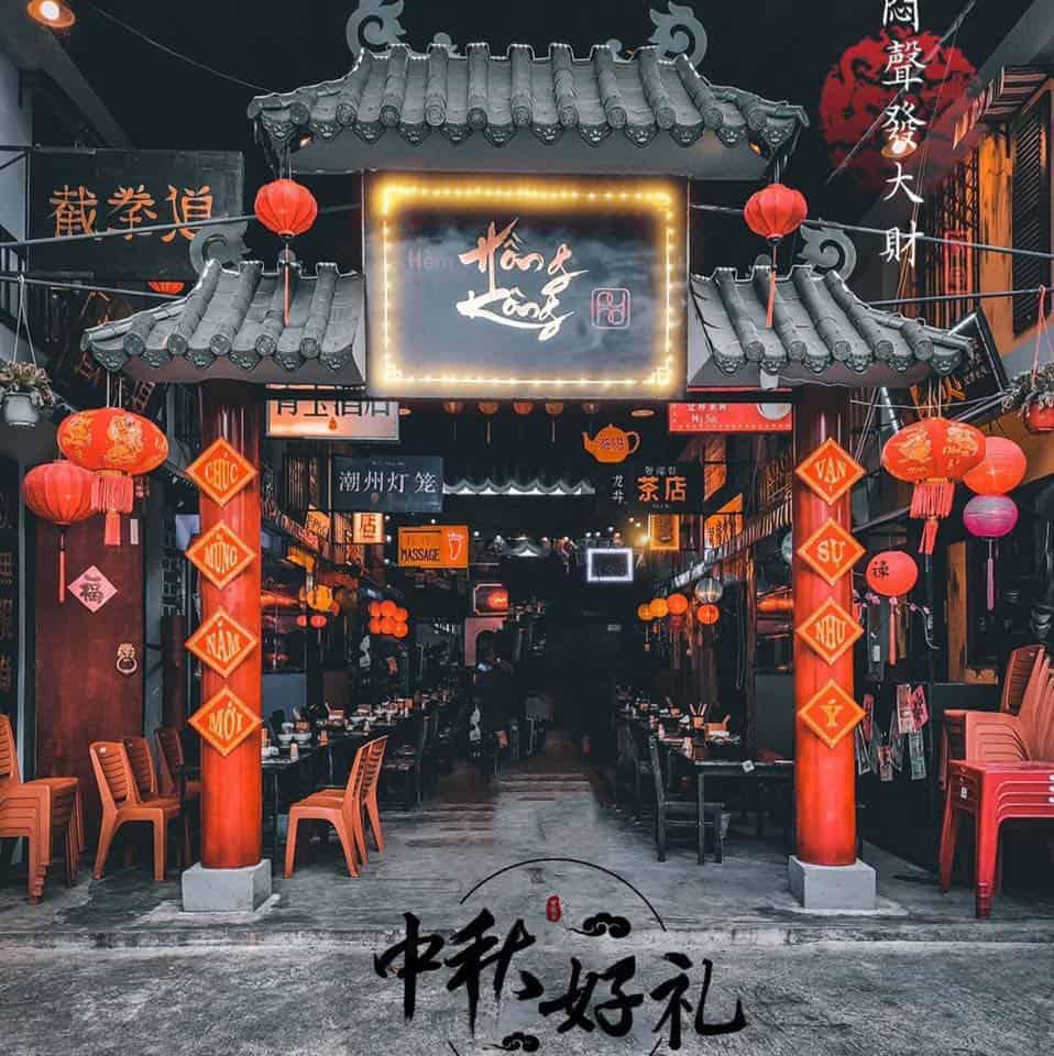 """Nhìn từ bên ngoài cổng thôi đã thấy """"mùi vị"""" HongKong đây rồi"""