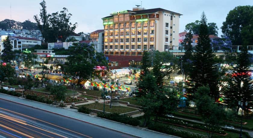 Khách sạn TTC Hotel Premium nằm đối diện chợ Đà Lạt