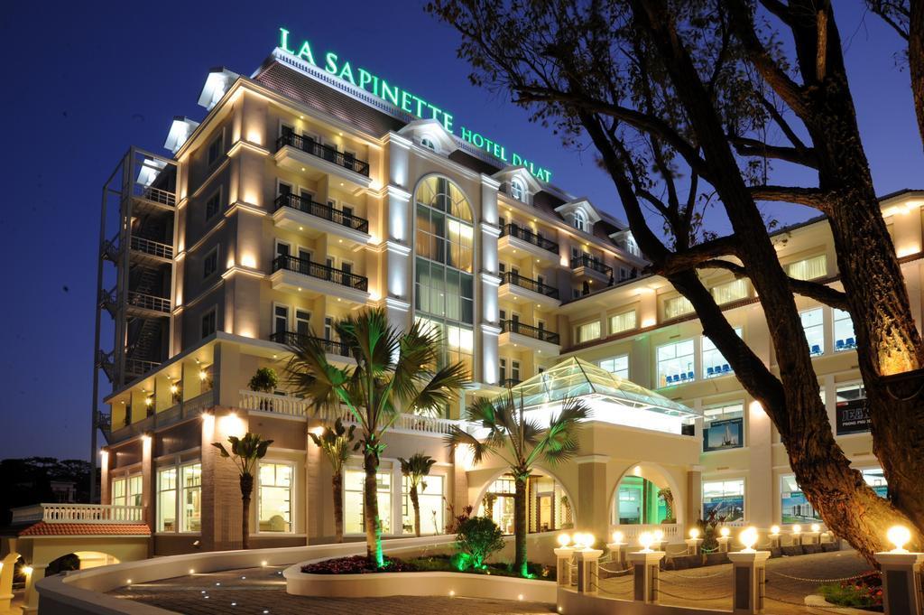 Khách sạn La Sapinette nằm ngay dưới chân núi Liang Biang