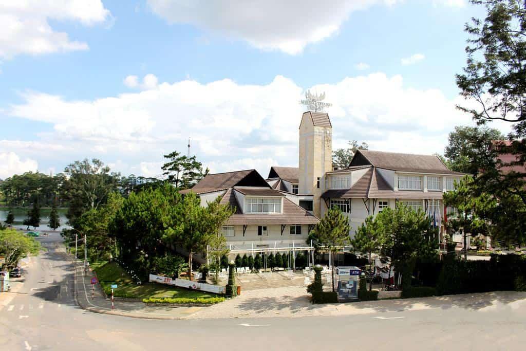 Khách sạn Mường Thanh Holiday Đà Lạt có kiến trúc cổ điển Pháp
