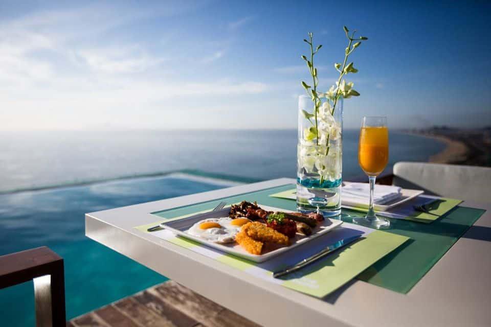 Ăn sáng ngắm bình minh trên hồ bơi