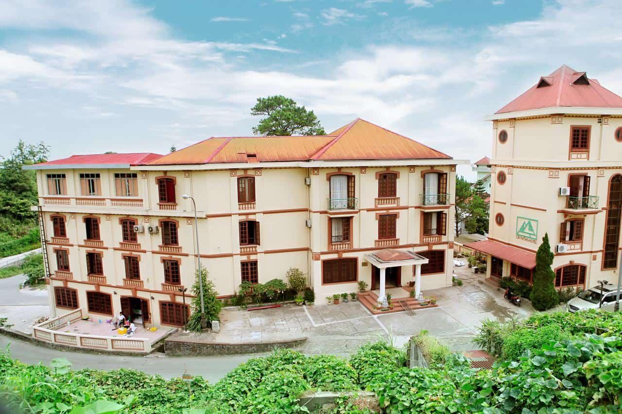 Quang cảnh của khách sạn với khoảng sân rộng và nhiều cây xanh
