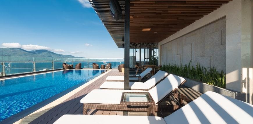 Vừa tắm nắng vừa ngắm nhìn biển xanh thơ mộng tại bể bơi khách sạn