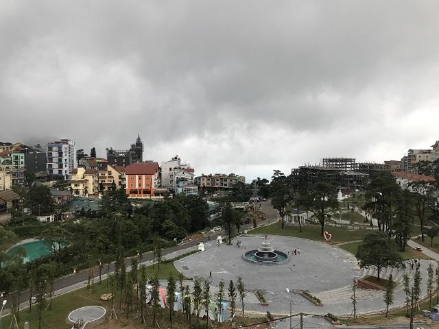 Khách sạn thích hợp cho gia đình này nhìn ra một khoảng công viên xanh mát