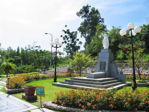 Khu mộ nhà thơ Hàn Mặc Tử là địa điểm du khách không thể bỏ qua khi đến Quy Nhơn