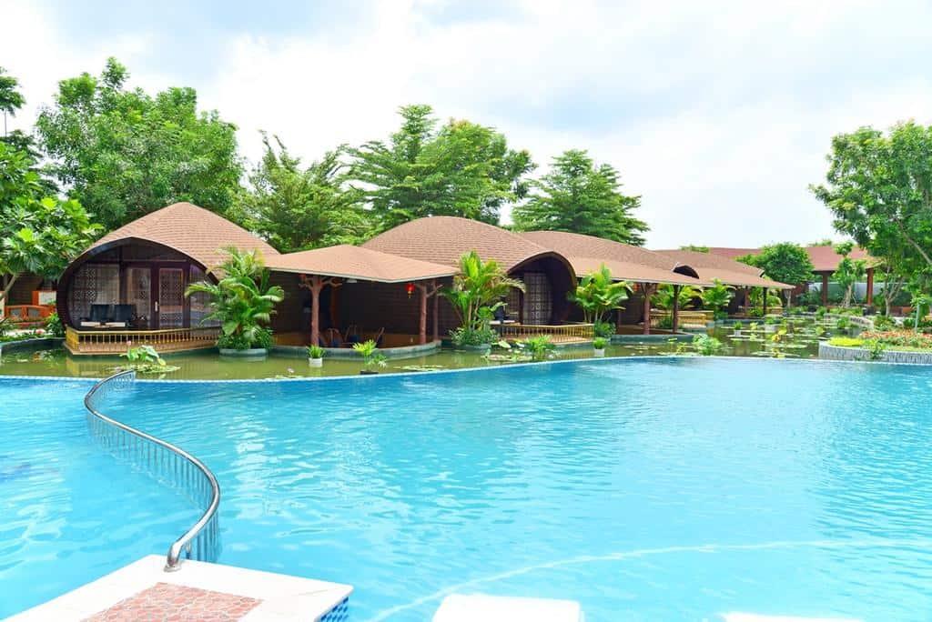 Hồ bơi vô cực với diện tích rộng là điểm đến hấp dẫn nhiều vị khách