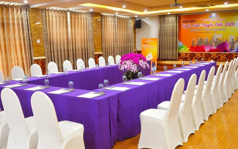 Phòng hội nghị với tông tím chủ đạo, nội thất hiện đại phục vụ nhiều sự kiện lớn