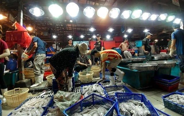 Là khu chợ đầu mối cung cấp các mặt hàng nông, thủy, hải sản lớn nhất cả nước