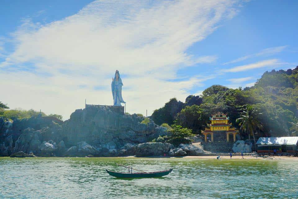 Tương Phật Bà khổng lồ trên núi Lầu Chuông. Hình: Sưu tầm