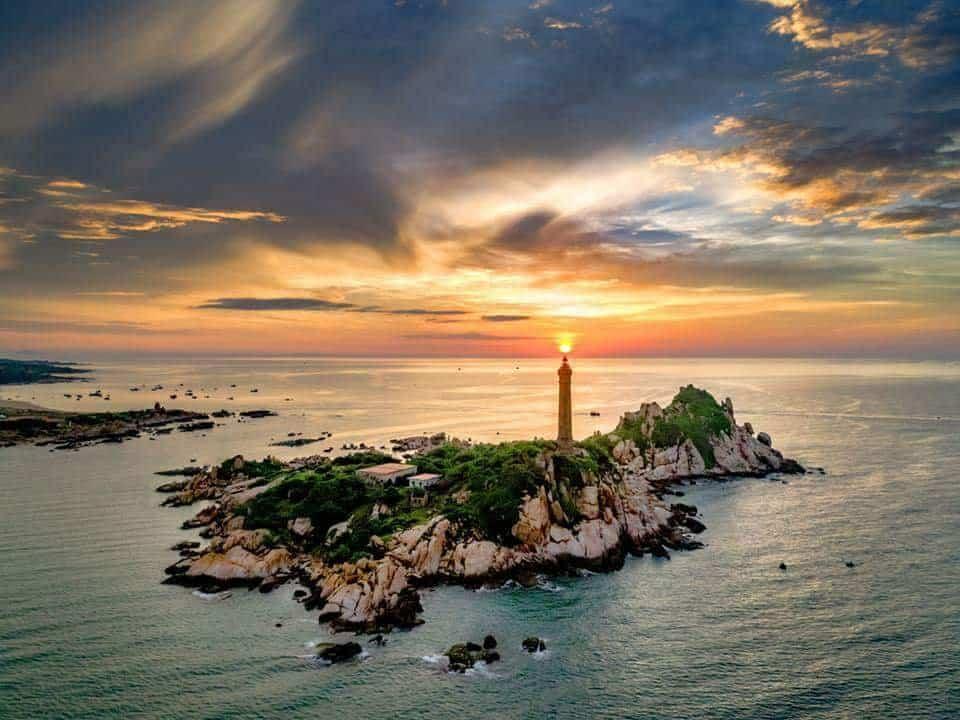 Ngọn Hải Đăng nổi bật giữa bầu trời Phan Thiết. Ảnh: ST