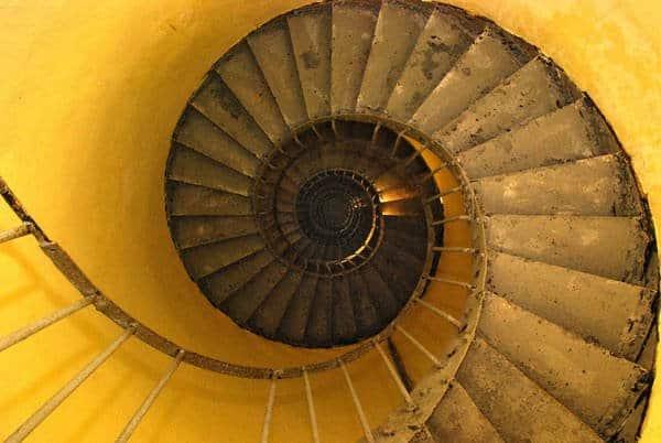 Cầu thang xoắn ốc dẫn lối lên đỉnh hải đăng mũi điện. Ảnh: hienle2308