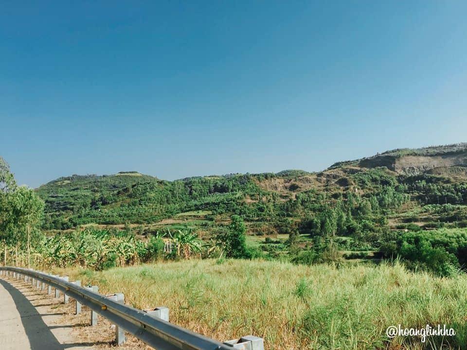 Cao nguyên Vân Hòa có vô vàn những ngọn núi. Hình: Hoàng Linh Hà