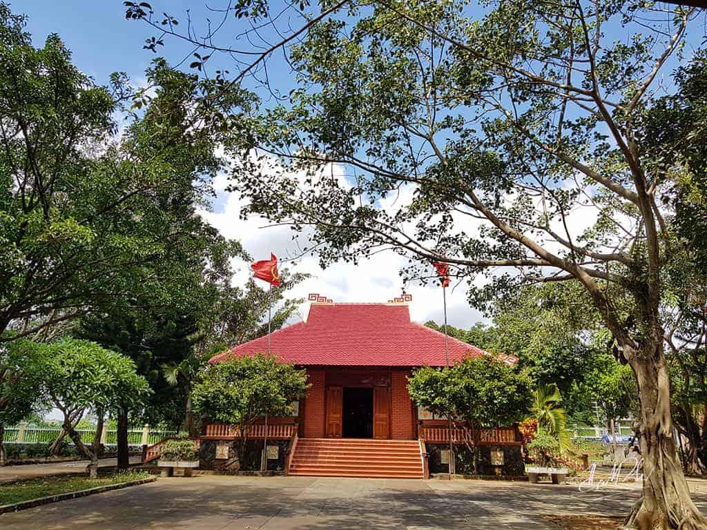 Toàn cảnh mặt trước của nhà thờ Bác Hồ. Hình: Đinh Hiếu Nhi