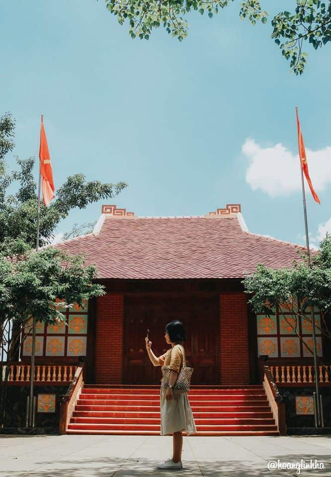 Kiến trúc mang hình ảnh nhà sàn – kiểu nhà ở phổ biến của người dân tộc thiểu số Ê-đê. Hình: Hoàng Linh Hà
