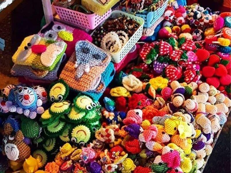 Món quà ý nghĩa từ len sợi có thể tìm mua trực tiếp tại chợ đêm