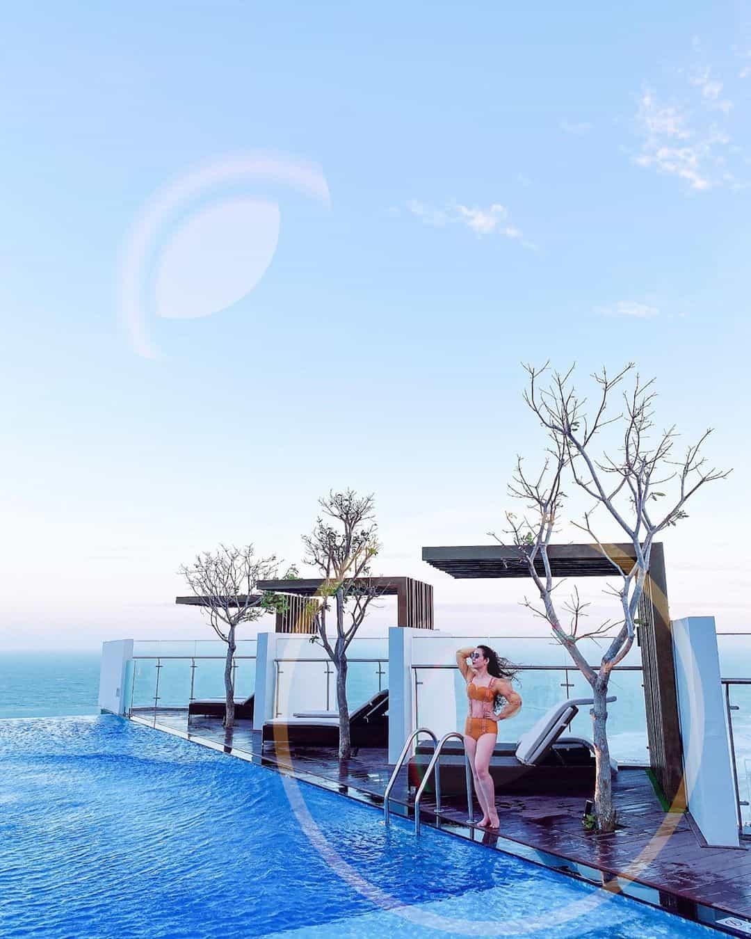 Bể bơi ngoài trời được thiết kế hiện đại. Hình: @song.nhi.146