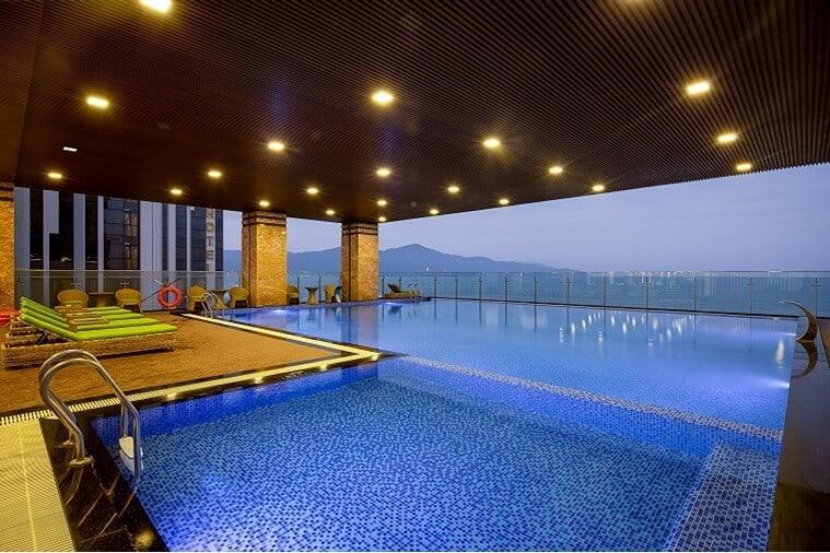 Hồ bơi trong nhà hiện đại và chanh sả