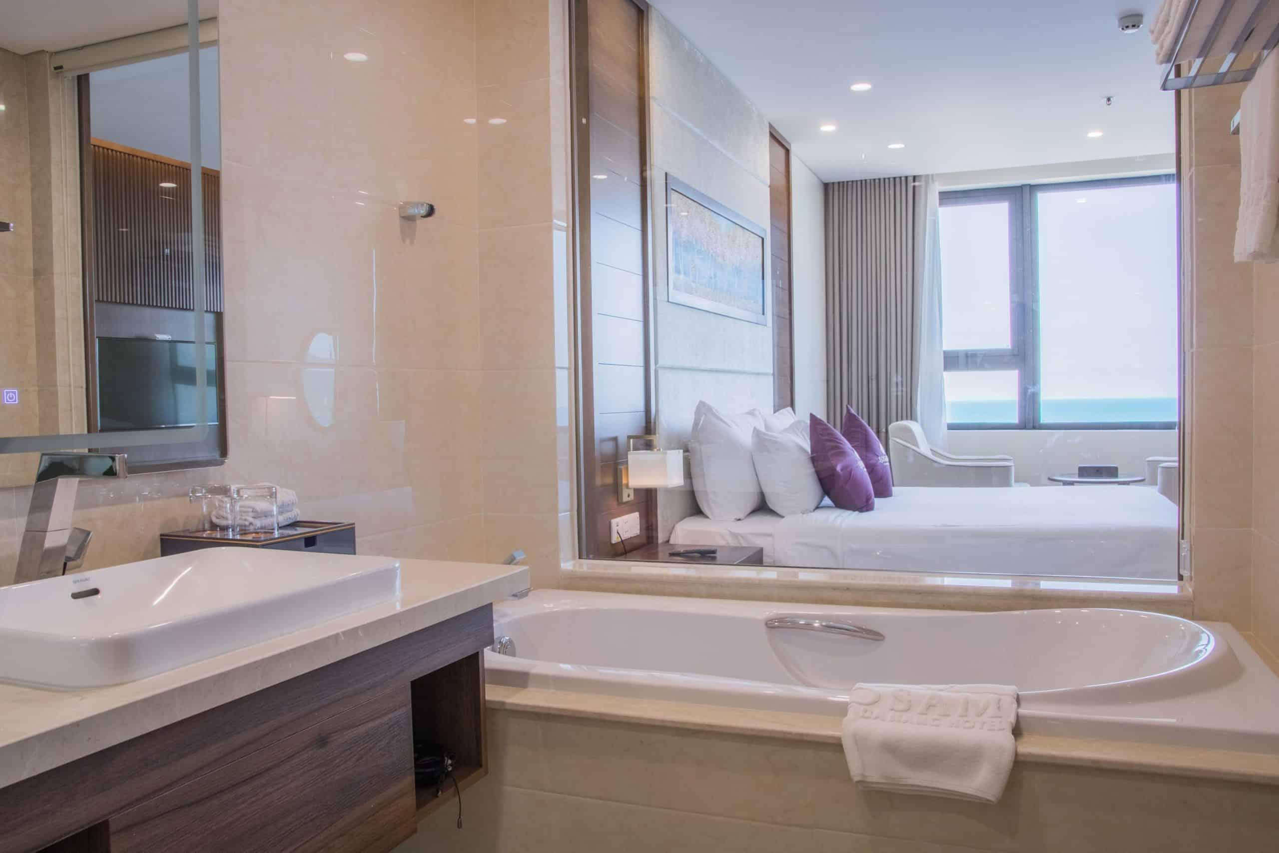 Phòng tắm có cả bồn tắm cao cấp, sang chảnh.