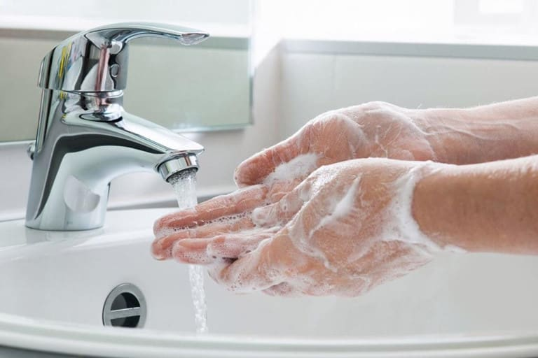 Rửa tay đúng cách với xà phòng diệt khuẩn là cách bảo vệ bản thân trước dịch covid-19
